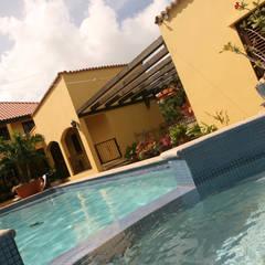 jacuzzi en pool: tropisch Zwembad door architectenbureau Aerlant Cloin BNA