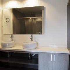 APARTAMENTO 104: Baños de estilo  por santiago dussan architecture & Interior design