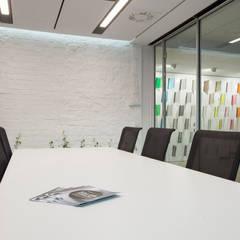 Showroom dla firmy Saint-Gobain: styl , w kategorii Przestrzenie biurowe i magazynowe zaprojektowany przez mech.build