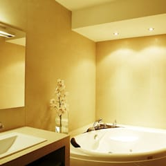Salle de bain avec baignoire balneo: Salle de bains de style  par Agence KP