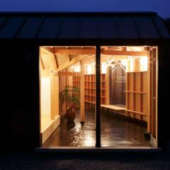 寄居の書庫: 原口剛建築設計事務所が手掛けた書斎です。