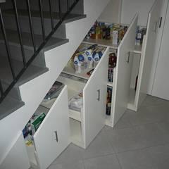 Sottoscala : Ingresso & Corridoio in stile  di Aguzzoli Arredamenti