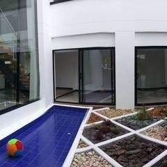 Casa La Pradera: Piscinas de estilo moderno por Andres Hincapie Arquitectos