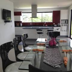 Casa La Pradera: Comedores de estilo moderno por Andres Hincapie Arquitectos