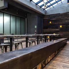 Patio interior y lobby : Salones para eventos de estilo  por Barnabé Bustamante Ludlow Arquitectos