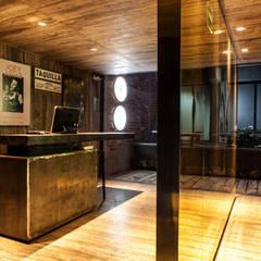 Taquilla y acceso a Restaurante Miranda y Bar Próspero: Bares y discotecas de estilo  por Barnabé Bustamante Ludlow Arquitectos