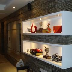 PAINEL COM NICHOS   ESTAR : Salas de estar modernas por Ana Levy   Arquitetura + Interiores