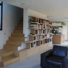 Salon, bibliothèque et escalier: Salon de style  par SARA Architecture