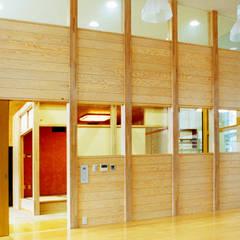 緑の回廊に建つ: ユミラ建築設計室が手掛けた壁です。,