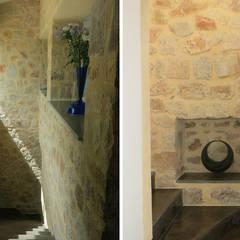 Villa B1: Couloir et hall d'entrée de style  par SARL MAZZARESE ARCHITECTES