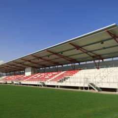 Tribünenanlage SV Eintracht Nordhorn: industrialer Fitnessraum von LINDSCHULTE Ingenieure + Architekten