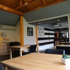 Crêperie Bretonne en Thaïlande: Salle à manger de style de style eclectique par LE LAB Design