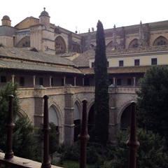 Claustro Catedral de Toledo: Jardines de invierno de estilo  de Anticuable.com
