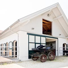 Garajes y galpones de estilo  por WUNSCHHAUS
