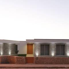 Moradia em Caldas da Rainha - Colina Verde: Casas  por SOUSA LOPES, arquitectos,Moderno