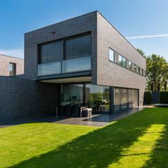 Casas de estilo moderno por 2architecten