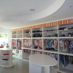 KARAMELOS - local comercial-: Galerías y espacios comerciales de estilo  por milena oitana