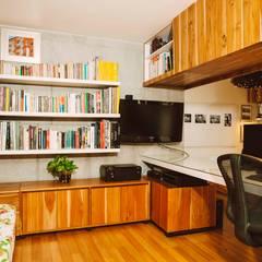 ESPACIOS PEQUEÑOS : Estudios y despachos de estilo  por CASA CALDA