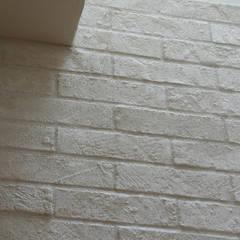 House in Minami Kounoike: Mimasis Design/ミメイシス デザインが手掛けた壁です。,