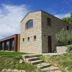 Architettura rurale: Spazi commerciali in stile  di Studio Zaroli