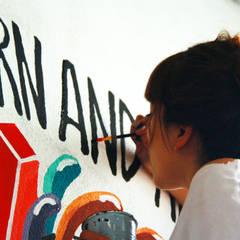 Mural-Where ideas are born and reborn: Paredes de estilo  por Phoenix Touch , Minimalista