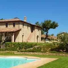 Villa a Poggio Pelliccione (PG): Case in stile In stile Country di Studio Zaroli