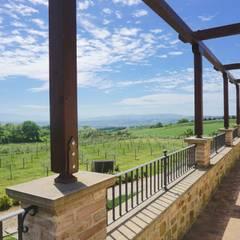 Villa a Poggio Pelliccione (PG): Terrazza in stile  di Studio Zaroli