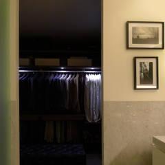 APARTAMENTO ROSA ARAÚJO: Closets  por JOANA MENDES BARATA arquitetura