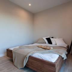 Dormitorio modelo Chipiona de Casas inHaus: Dormitorios de estilo  de Casas inHAUS