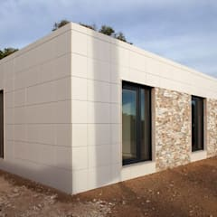 Fachada moderna del modelo Chipiona de Casas inHaus: Casas de estilo  de Casas inHAUS