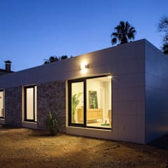 Iluminación nocturna fachada del modelo Chipiona de Casas inHaus Casas modernas: Ideas, imágenes y decoración de Casas inHAUS Moderno Cerámico