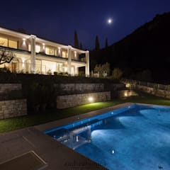 Villa on lake Garda Piscina moderna di Andrea Bonini luxury interior & design studio Moderno