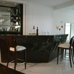 Bar: Adegas  por Yara Mendes Arquitetura e Decoração