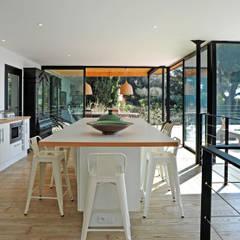 Villa M1: Cuisine de style  par frederique Legon Pyra architecte