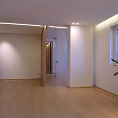 Corridor & hallway by marco tassiello architetto,