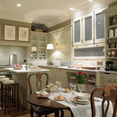 Una cocina de elegancia clásica: Cocinas de estilo  de DEULONDER arquitectura domestica
