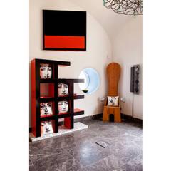 Salon Multimedia: Salas multimedia de estilo ecléctico de Carmé