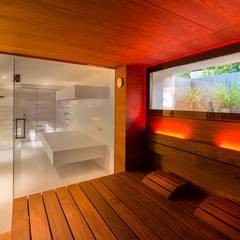 Design-Sauna: die große Glasfront ermöglicht den Blick ins Privat-Spa.:  Sauna von corso sauna manufaktur gmbh