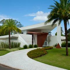 Garden by Marcia Joly Paisagismo, Tropical