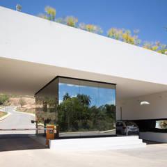 O LAGO E O PERISCÓPIO . Portaria de Condomínio: Garagens e edículas minimalistas por Pedro Barata e Arquitetos Associados