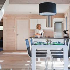 Winterhaus Modell Pyry von Kontio: skandinavische Küche von Woody-Holzhaus - Kontio