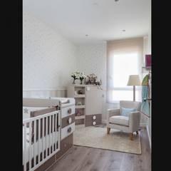 Habitación infantil en Barcelona: Dormitorios infantiles de estilo  de INEDIT INTERIORISTAS