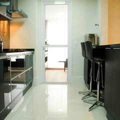 Apartamento Vila Clementino: Cozinhas  por Sandro Kawamura Designer de Interiores