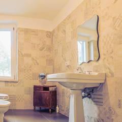 La Casa Retrò: Bagno in stile  di Alessandro Corina Interior Designer
