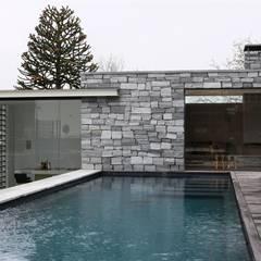 Poolhouse in graniet:  Zwembad door Arend Groenewegen Architect BNA