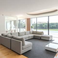 Living room by Raulino Silva Arquitecto Unip. Lda