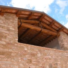 Particolare della facciata Sud: Terrazza in stile  di studio ARTE   ARCHITETTURA