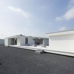 Voorgevel:  Garage/schuur door Lab32 architecten
