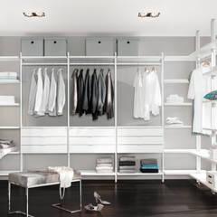 Begehbarer Kleiderschrank:  Ankleidezimmer von Regalraum GmbH,Modern