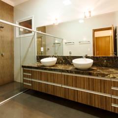 Bathroom by Luciano Esteves Arquitetura e Design